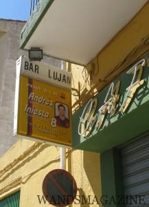 幼いイニエスタか遊んた祖父の店「バル・ルハン」。いまは手作りのイニエスタ・ミューシアムになっている。ちなみにイニエスタの名前はアントレス・イニエスタ・ルハン。