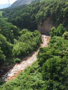 鉄分をたくさん含むため茶色い流れの松川