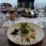 ペアリングに供されたシーフードサラダと、丸い皿のふちに配置された様々なブリッジ素材